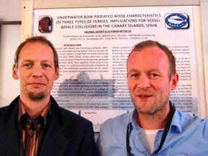 Fabian Ritter und Michael Scheer vor dem Projektposter.