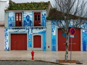 MEERblaue Hausfassade in Setubal.